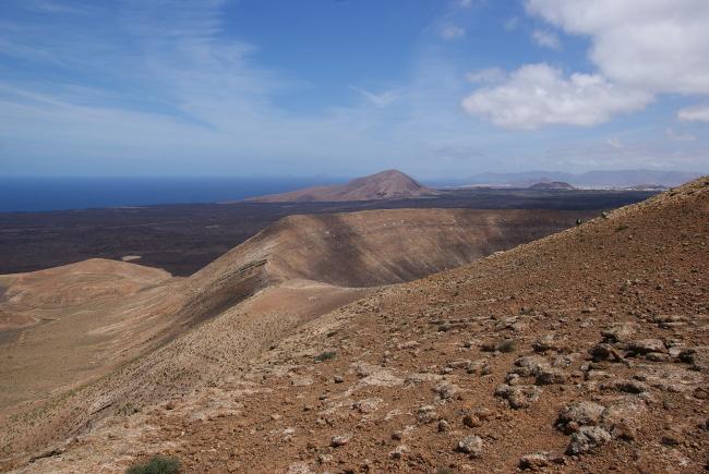 Le cratère apparait enfin, au fond les coulées du XVIIe. (Photo : André Laurenti)