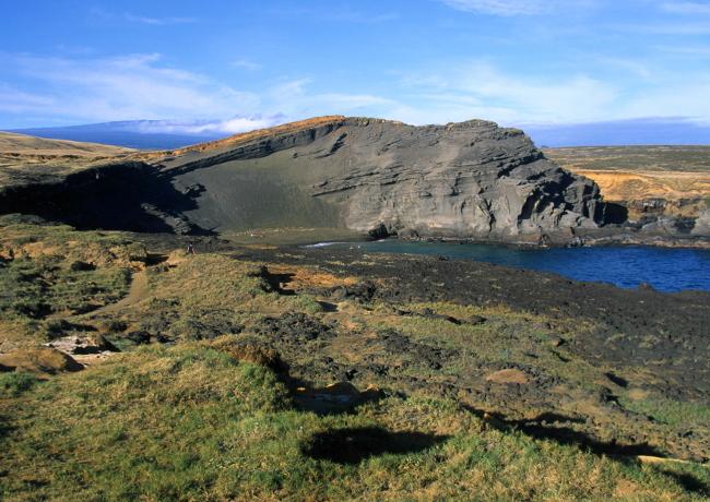Sur la côte ouest de Big Island, les vestiges d'un ancien cratère s'ouvre vers le Pacifique, la plage d'un aspect verdâtre est constellée d'olivine. (Photo : André Laurenti)