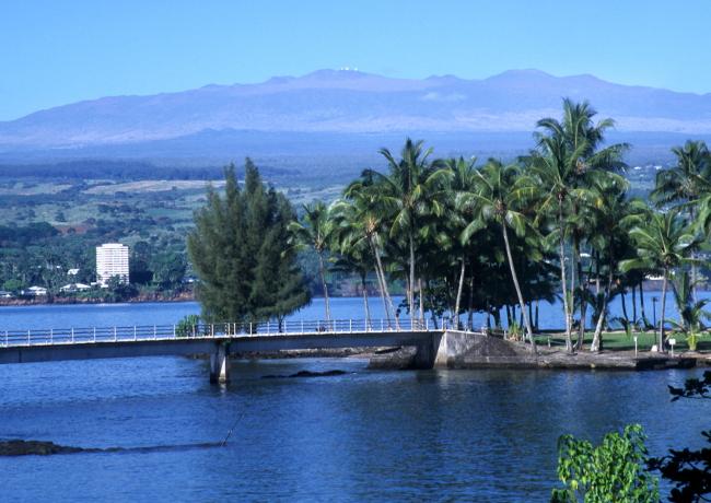 Au dessus de la ville d'Hilo trône un géant, le volcan Mauna Kea, qui veut dire la montagne blanche. (Photo : André Laurenti)