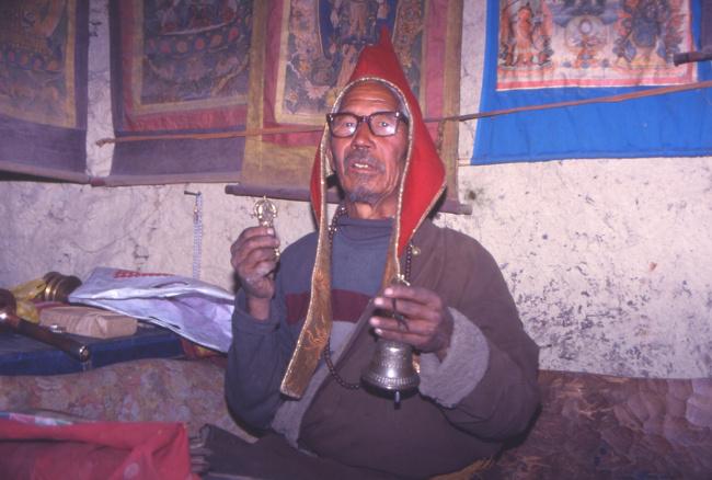 Le lama nous reçoit dans son monastère, une brève cérémonie permettra de franchir le col. (Photo : André Laurenti)