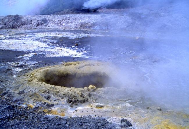 De nombreux petits cratère fument un peu partout. (Photo : André Laurenti)