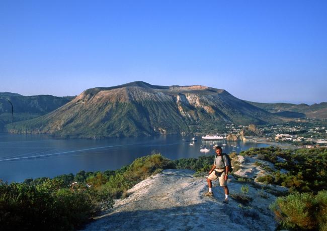 Le cône de la Fossa s'édifie sur les ruines d'un volcan primitif dont on devine l'immense caldeira qui l'entoure. (Photo : André Laurenti)