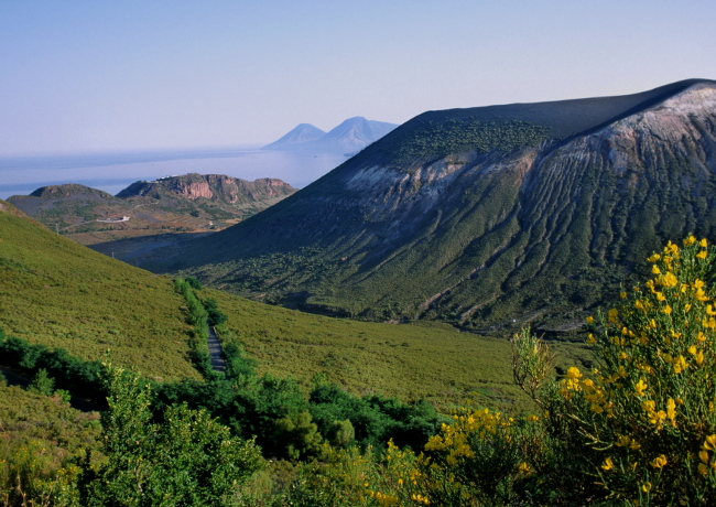 A gauche les limites de la caldeira dans laquelle s'inscrit le cône de la Fossa. (Photo : André Laurenti)