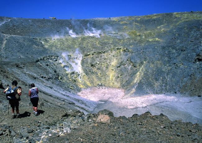 En contrebas du cratère, avant d'atteindre le fond plat, une terrasse occupe la partie ouest du cône. (Photo : André Laurenti)