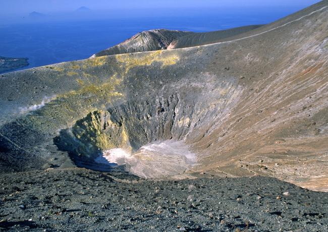Le cratère de la Fossa s'incline légèrement vers le nord. (Photo : André Laurenti)