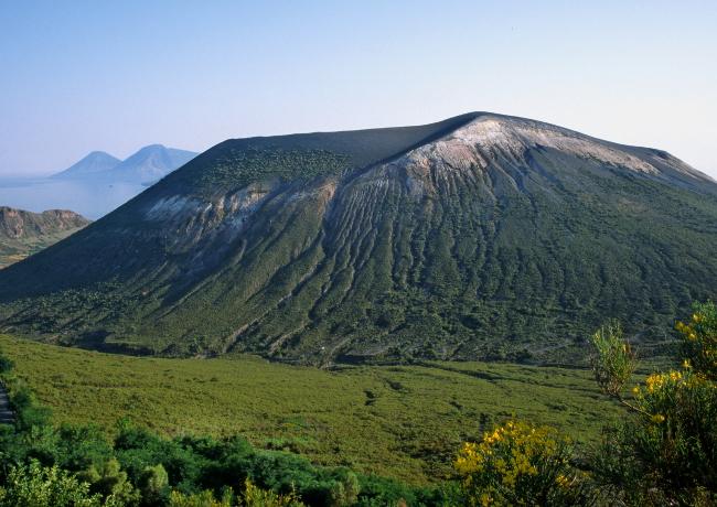 Le cône de la Fossa sur l'île Vulcano avec en arrière plan les deux tétons de l'île Salina. (Photo : André Laurenti)