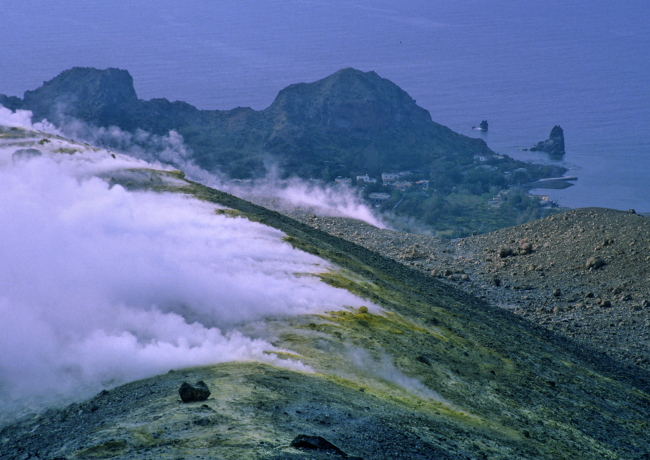 En 1988 une longue faille s'est ouverte sur la crête sommitale augmentant ainsi la densité des fumerolles. (Photo : André Laurenti)