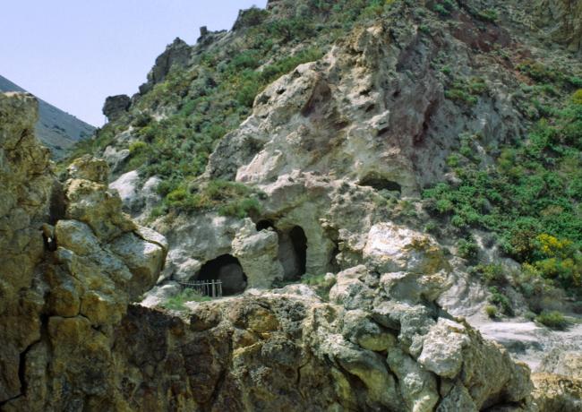 """Vers 1800, se développa l'industrie d'extraction du soufre au niveau des rochers """"Faraglioni"""". On peut apercevoir les entrées de quelques galerie. (Photo : André Laurenti)"""