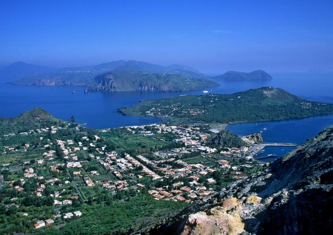 Le village de Porto-Levante se situe carrément au pied du volcan, on distingue juste après Vulcanello et en arrière plan l'île de Lipari. (Photo : André Laurenti)