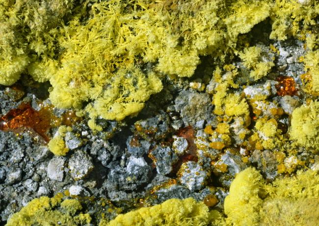 Le soufre fondu semble à de l'ambre. (Photo : André Laurenti)