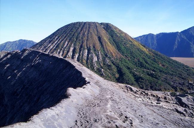Le Batok depuis le cratère du Bromo. (Photo : André Laurenti)