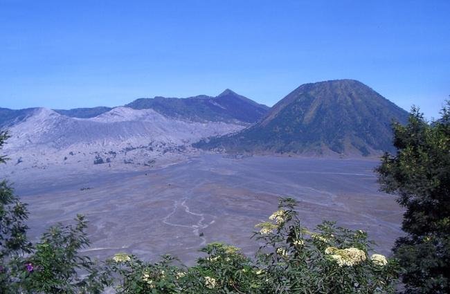 La Batok à droite et le Bromo à gauche. (Photo : André Laurenti)