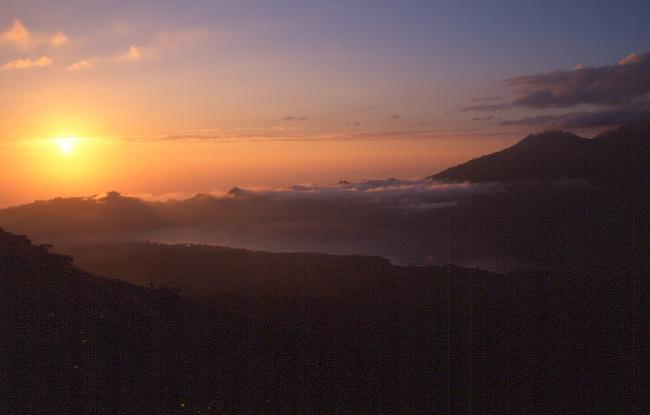Le levé du soleil tout en haut du Batur. (Photo : André Laurenti)