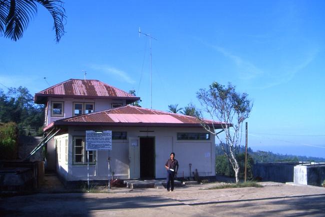 L'observatoire de Babadan situé sur les flancs du volcan. (Photo : André Laurenti)
