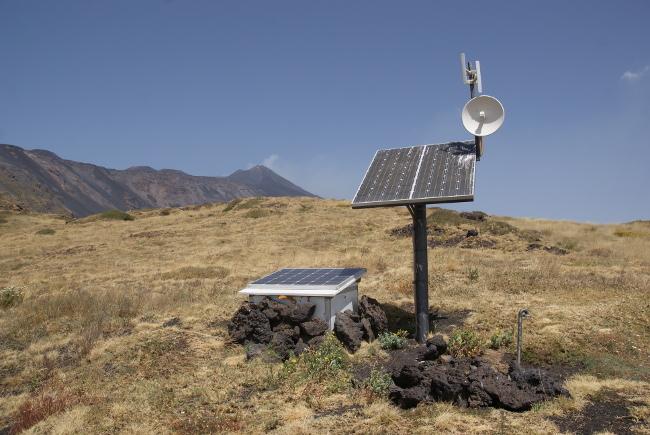 Les appareils de surveillance du volcan (Photo : André Laurenti)