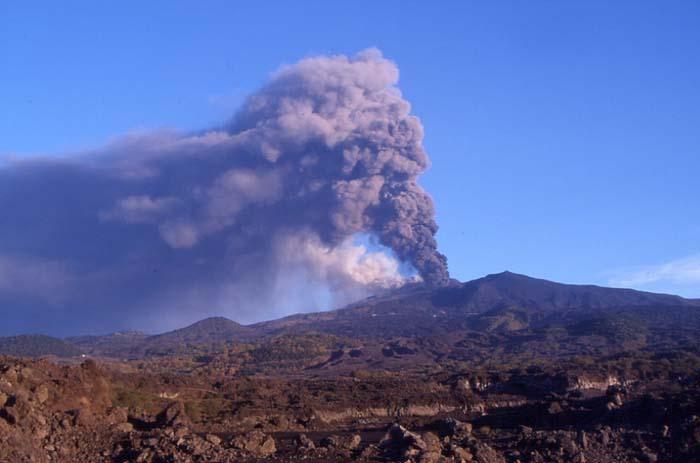 Vision depuis notre campement de l'éruption de novembre 2002. (Photo : André Laurenti)