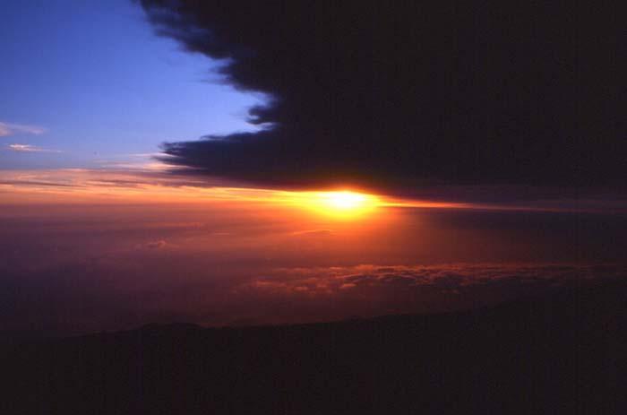 Le soleil couchant est masqué par le nuage de cendres. (Photo : André Laurenti)