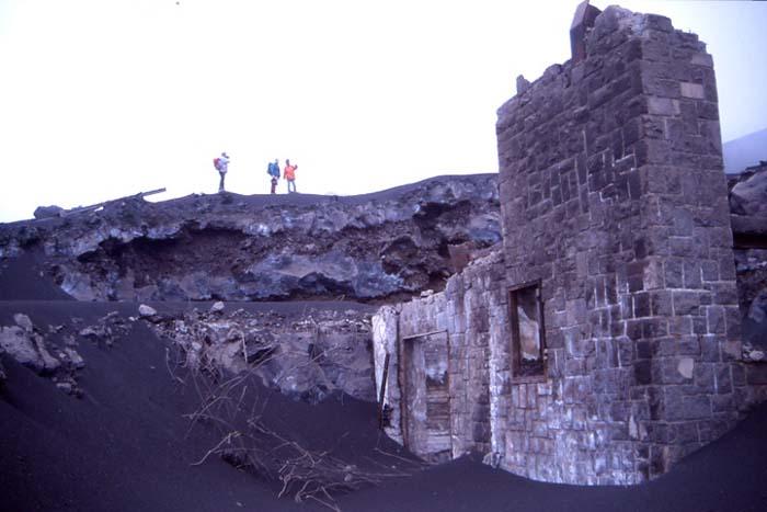 Arrivée du téléphérique détruit par l'éruption de 2001. (Photo : André Laurenti)