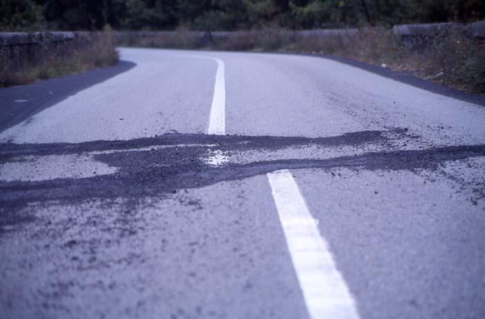 Au cours de cette éruption de nombreux séismes se sont produits, décalant ici la chaussée. (Photo : André Laurenti)