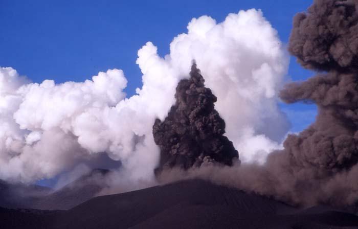 Le rencontre de l'eau et du magma provoque des éruptions cypressoides caractéristiques. (Photo : André Laurenti)
