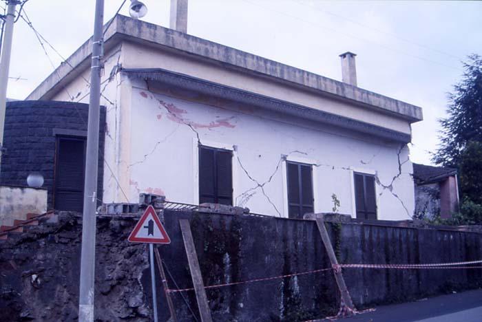Fissures en croix au droit des ouvertures, une pathologie caractéristique des séismes. (Photo : André Laurenti)