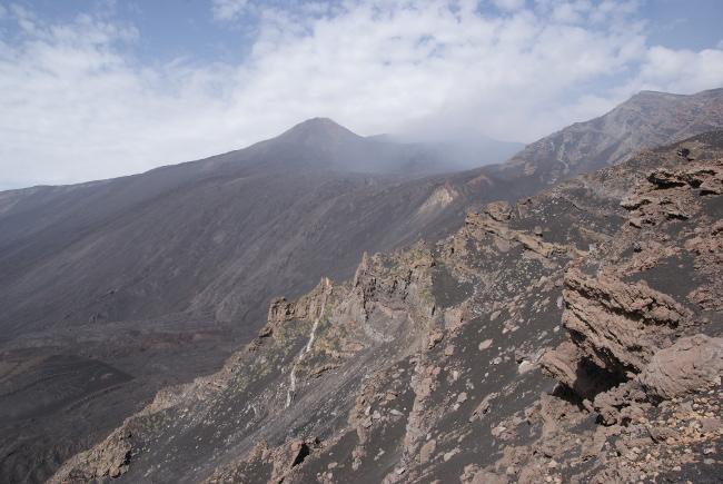 Le site surplombe l'impressionnant Val del Bove. (Photo : André Laurenti)