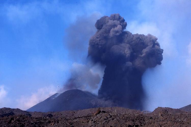 Panache noir caractéristique des éruptions phréatomagmatiques. (Photo : André Laurenti)