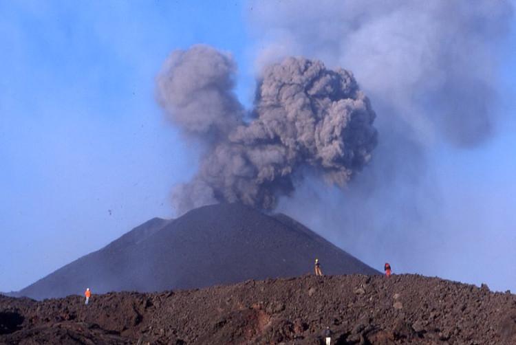 Un cône de 100 m de hauteur s'est formé en trois jours d'éruption. (Photo : André Laurenti)