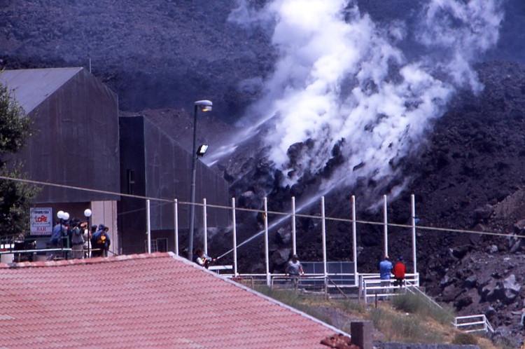 Les pompiers protègent les bâtiments de la station de Sapienza. (Photo : André Laurenti)