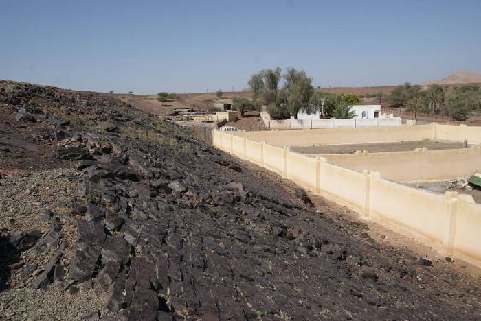 Au premier plan le nappage de roche noire est appelé « terre d'ombre ». (Photo : André Laurenti)