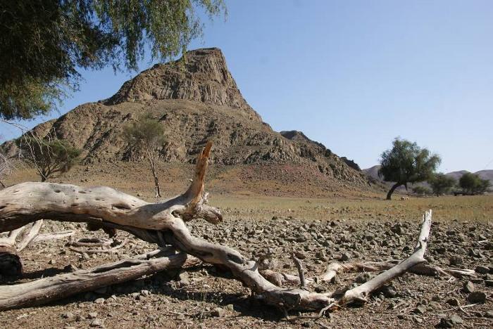 Montagne prismée, on peut observer dans ce site les 3 phases V1-V2-V3, des affleurements uniques sur un endroit réduit. (Photo : André Laurenti)