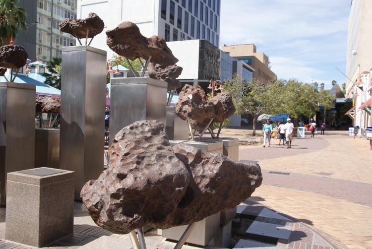Les fragments de la météorite de Gibeon (Photo : André Laurenti)