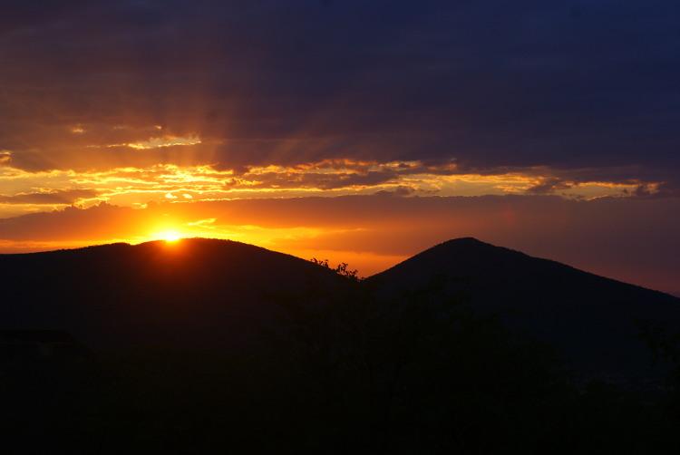 Couché de soleil sur les hauteurs de Opuwo (Photo : André Laurenti)