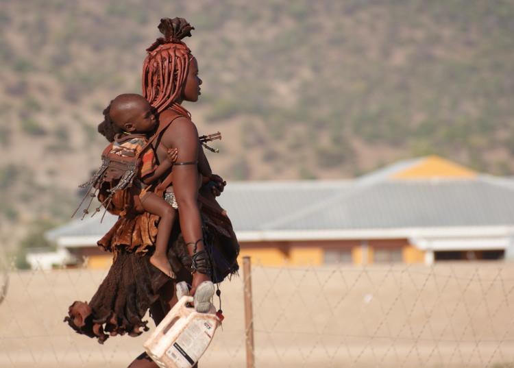 Une femme Himba et son enfant dans la ville d'Opuwo (Photo : André Laurenti)