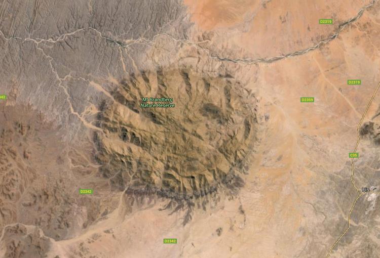 Vue de satellite, le massif du Brandberg ressemble à un énorme furoncle de 28 km de diamètre (Source : Google maps)
