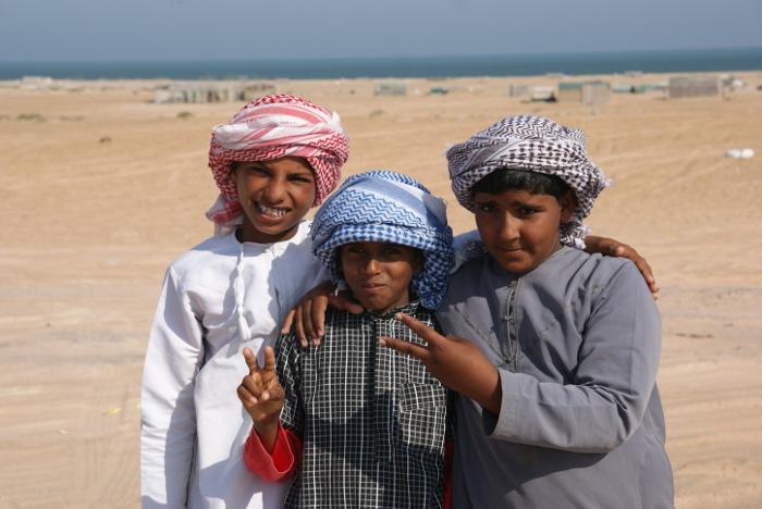 Nous atteignons la mer d'Arabie accueillis par des enfants (Photo : André Laurenti)